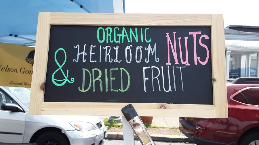 Savoring+summer%27s+fruits+at+farmers+market
